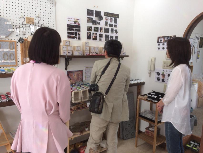広島テレビのディレクターさんに心願玉の説明をするbibimama