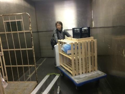荷物を運ぶbibimama