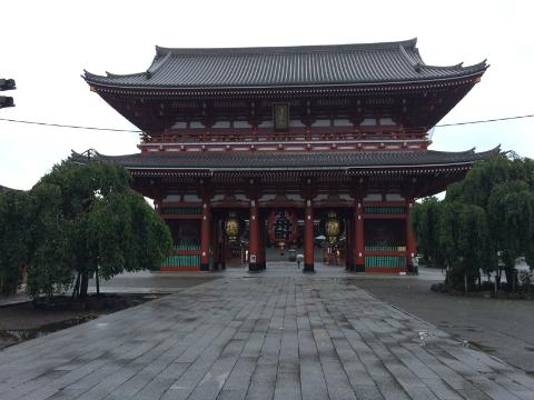 雨の中の浅草寺
